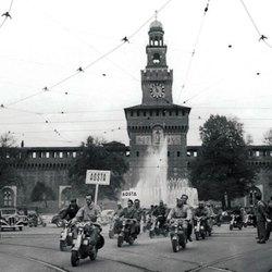 Lambrette in piazza Castello