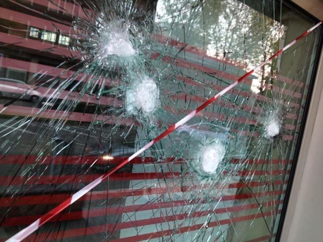 La vetrina presa a colpi di mazza