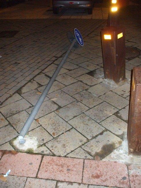 Il cartello crollato a terra a San Donato