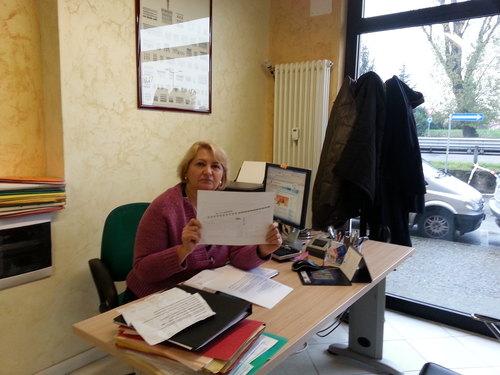 Emilia Bergamo di Emporio Case con in mano il progetto voluto dal Comune