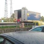 Un camion costretto a scaricare la merce sulla Cassanese