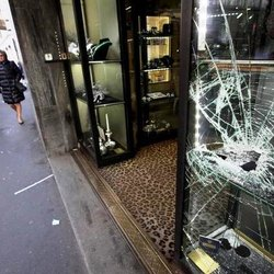 Colpo in gioielleria a Milano
