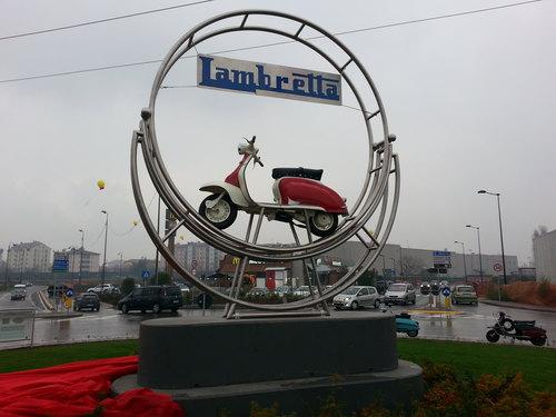 Il monumento dedicato alla storica Lambretta