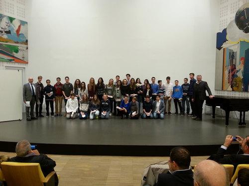 Il gruppo di studenti segratesi premiati dall'Assessore Pedroni e dal Sindaco Alessandrini