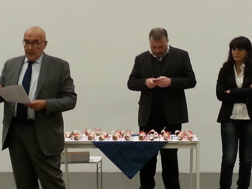 L'Assessore Guido Pedroni mentre legge i nomi degli studenti premiati