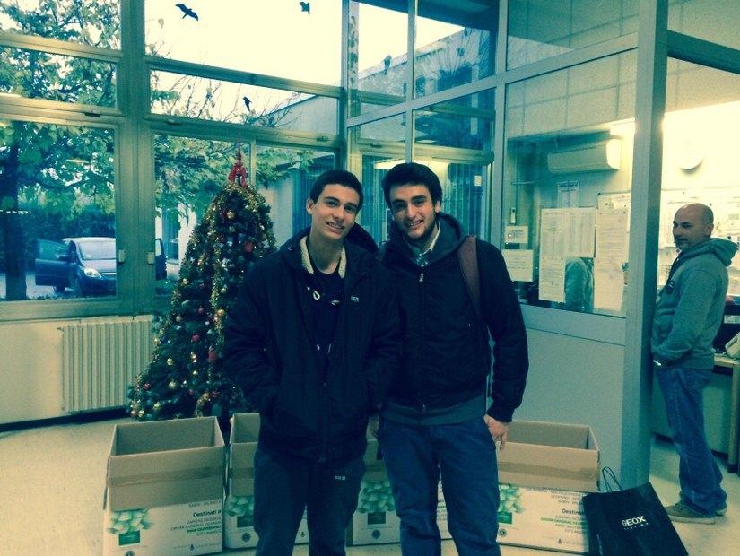 Giuseppe e Donato Loiacono nell'atrio del Liceo Machiavelli accanto agli scatoloni