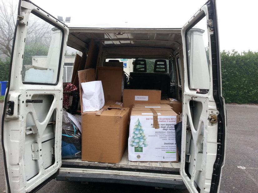 Un furgone Lions carico di scatoloni da conseganare alle varie Associazioni