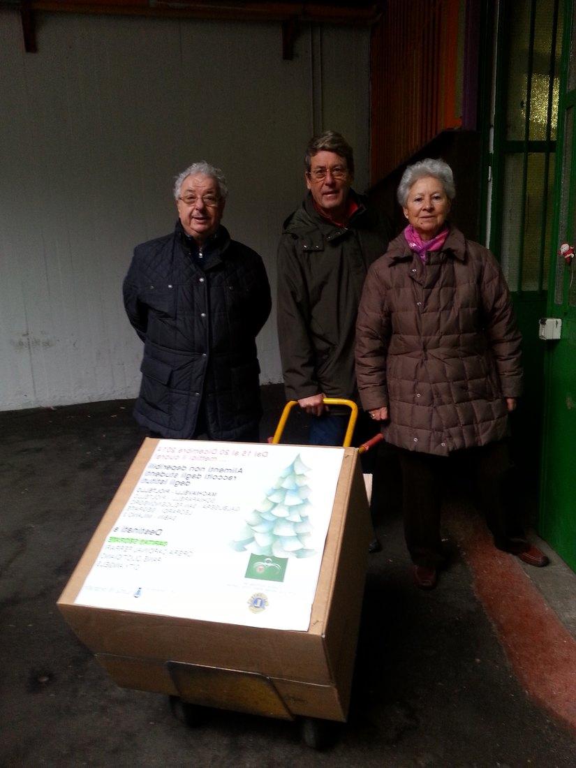 Il socio Lions Alberto Trapani consegna gli scatoloni alla Caritas di San Felice