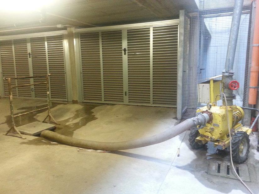 Una delle tante pompe idrovere installate per aspirare l'acqua nei box
