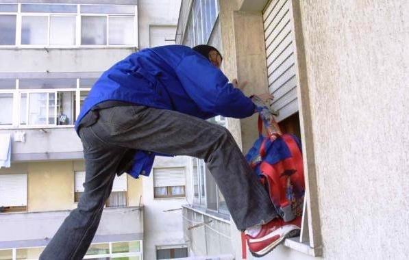 Ladro acrobata in azione