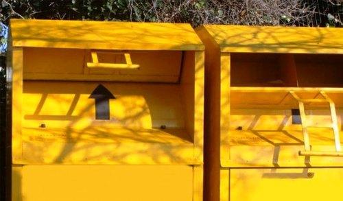 Cassonetti gialli per la raccolta degli indumenti