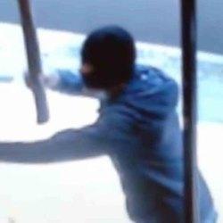 Uno dei banditi in azione nelle immagini di videosorveglianza