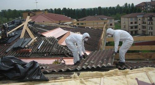 Operai durante bonifica di un tetto in Eternit