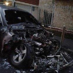 L'auto bruciata a Melegnano