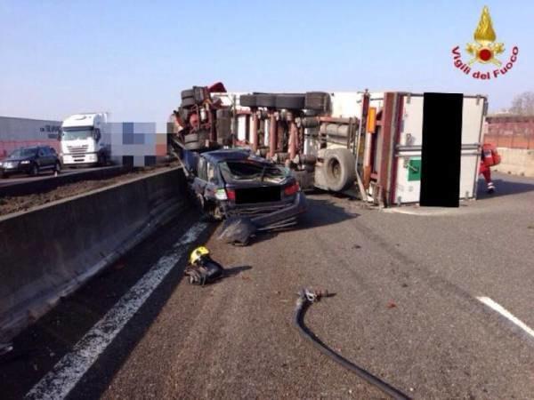 Il camion capovolto sulla A1 mercoledì 18 febbraio