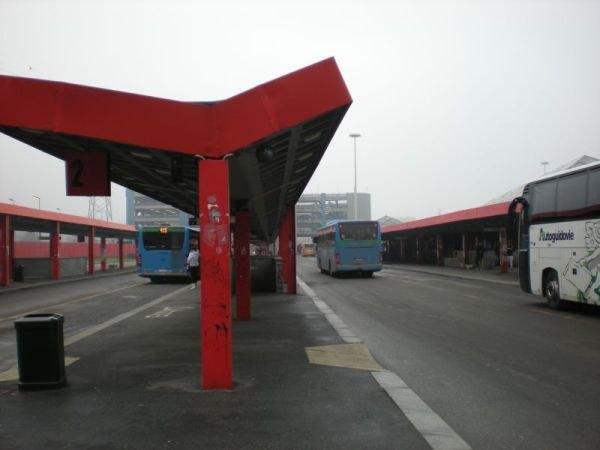 Il capolinea degli autobus presso il terminal della metropolitana