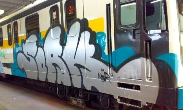 Un vagone della metropolitana imbrattato