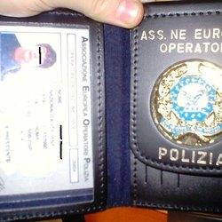 Un distintivo della polizia fasullo