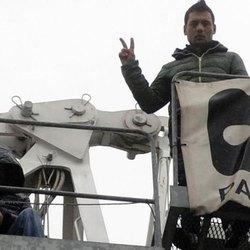 2 degli operai saliti per protesta sulla gru a San Donato