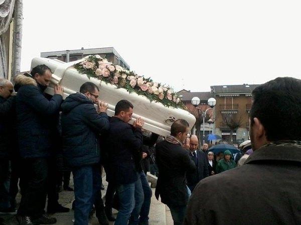 Il feretro bianco di Teresa al termine del funerale
