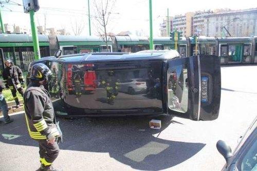 Il suv capovolto a Milano dopo lo scontro con un tram