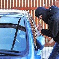 Un ladro d'auto in azione