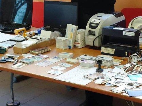 Il materiale per la falsificazione sequestrato al 28enne cingalese