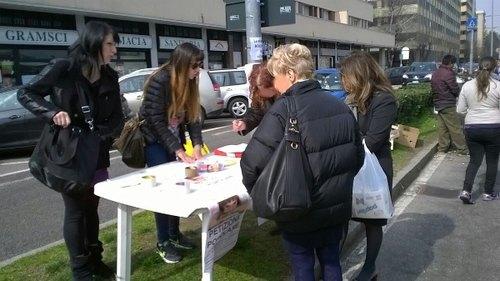 Uno dei banchetti organizzati a San Donato per la petizione