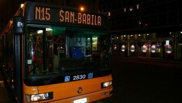 Un autobus che effettua servizio notturno