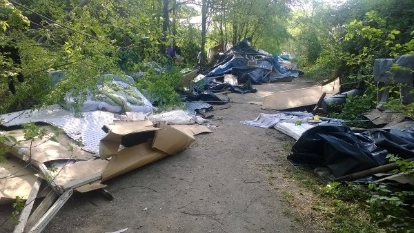 Ciò che resta del campo rom abusivo dopo l'abbattimento delle baracche