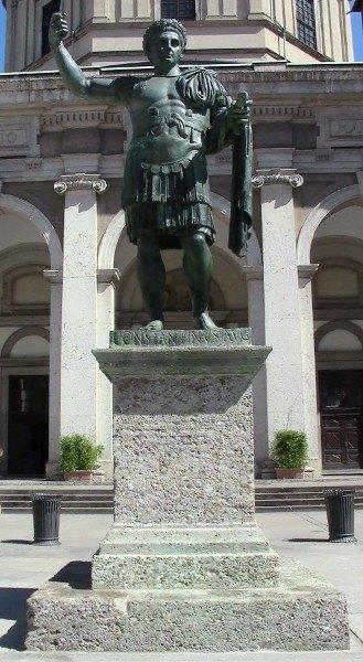 La statua di Costantino in piazza San Lorenzo