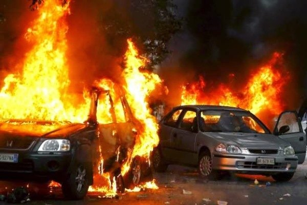 Auto bruciate durante gli scontri di Milano