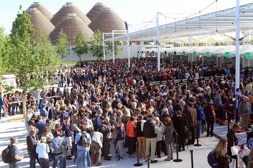 Folla di visitatori all'ingresso di Expo