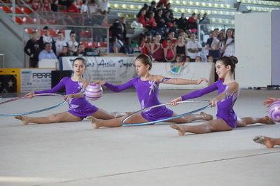 Le tre piccole ginnaste impegnate in un esercizio