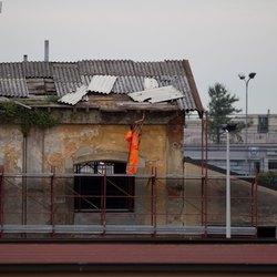 Un operaio al lavoro sotto il tetto
