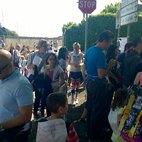 Le tante persone in coda per la firma contro la chiusura dell'asilo