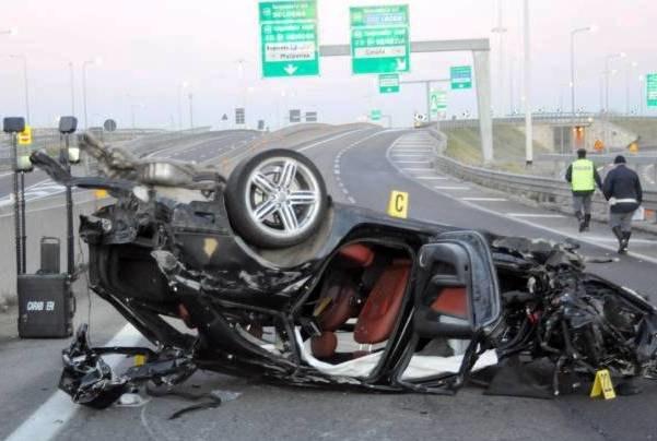 L'auto dei banditi accartocciata dopo lo schianto