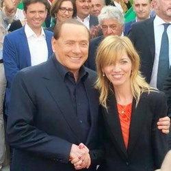 La stretta di mano fra Berlusconi e Fraschini