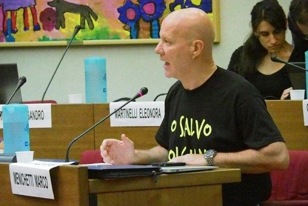 Il Consigliere Marco Menichetti con la t-shirt