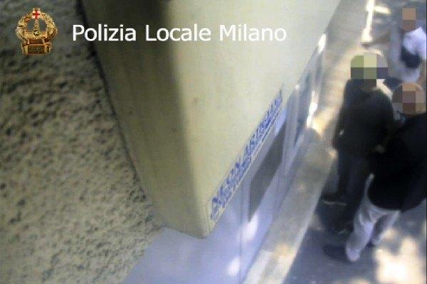 L'arresto in flagranza di uno dei sudamericani mentre prelevava denaro con uno dei bancomat rubati