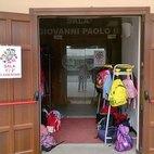 Ogni aula destinata alle attività didattiche e creative è completa di porta-zaini