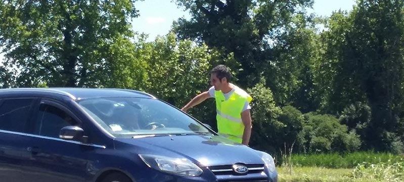 Il sindaco Paolo Riccaboni mentre dirige il traffico in via Parma