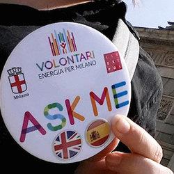 La spilla che identifica i volontari, indicante le lingue parlate