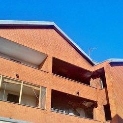 Lo stabile di via Ugo La Malfa, si possono notare gli appartamenti anneriti sulla destra