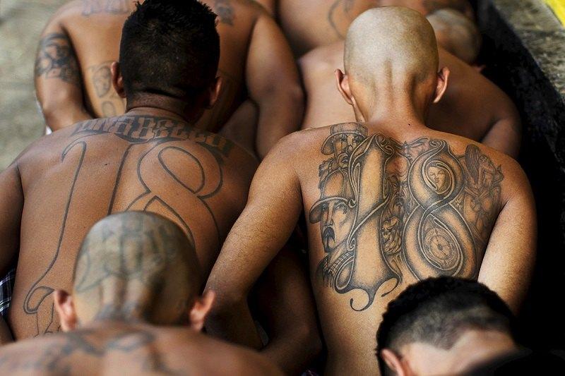 I tatuaggi che contraddistinguono i membri della gang Barrio18