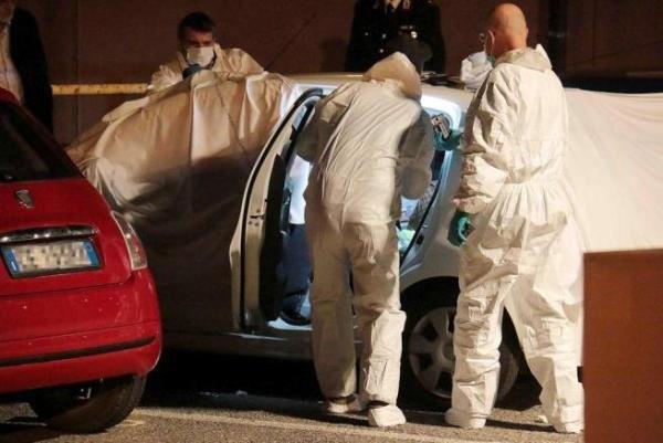 Gli inquirenti al lavoro sul luogo del duplice omicidio