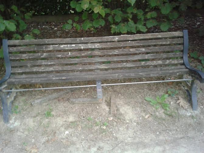 Una delle panchine dell'area verde in questione dove non è possibile sedersi