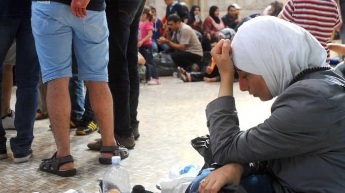 Alcuni profughi stremati in Stazione Centrale (fonte Il Giorno)