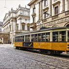 Il caratteristico tram in piazza della Scala