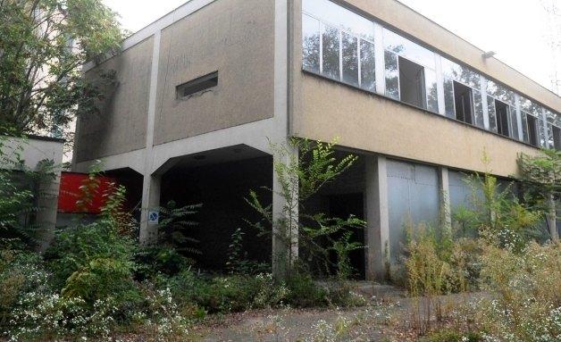 La scuola abbandonata di via Adriano 60